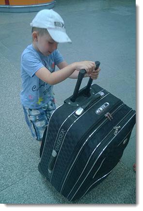 Сын тянет чемоданы